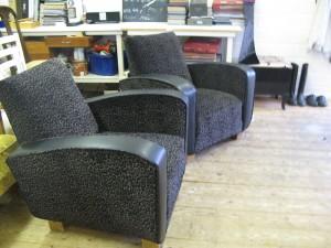 Sort skinn med leopard tekstil