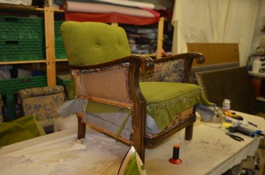 Mosegrønt tekstil mot vakkert treverk