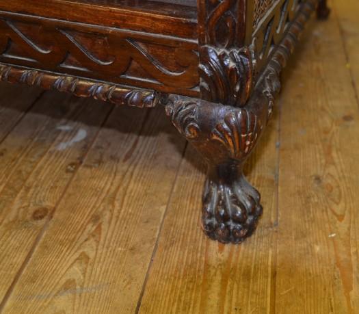 Nydelige utskjæringer på hele rottingstolen