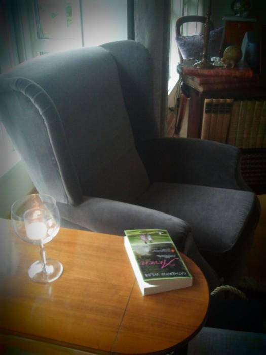 Deilig stol, vin og en digg bok..