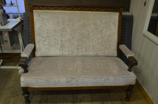 Eldre sofa trukket om i lys velur