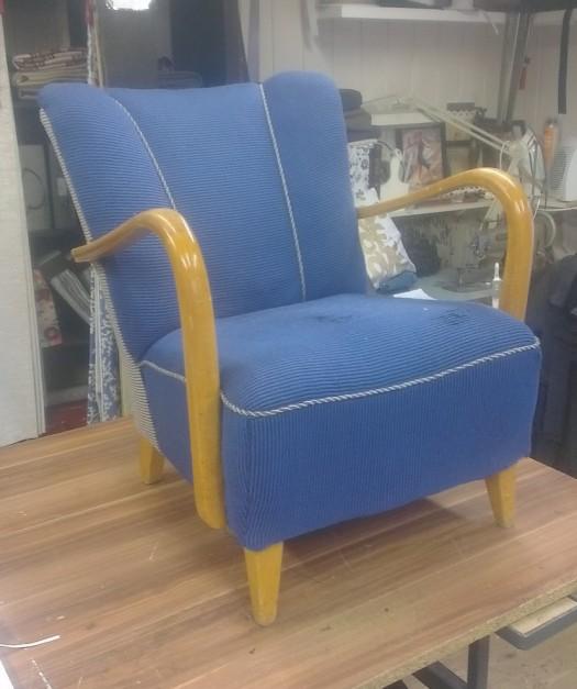 En bestemor trenger å trekke om stolen sin!