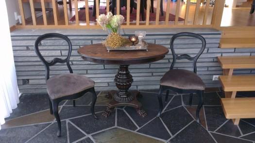 Raden med pyntespiker på stolene plukker perfekt opp perleraden på bordet!