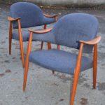 Blå stoler i høstlys