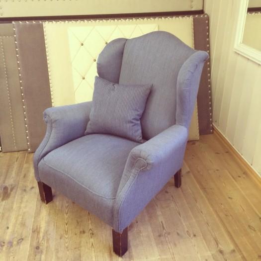 Ørelappstol i tekstil fra Innvik Sellgren