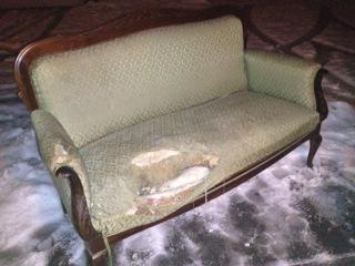 Sliten sofa fra Nesodden